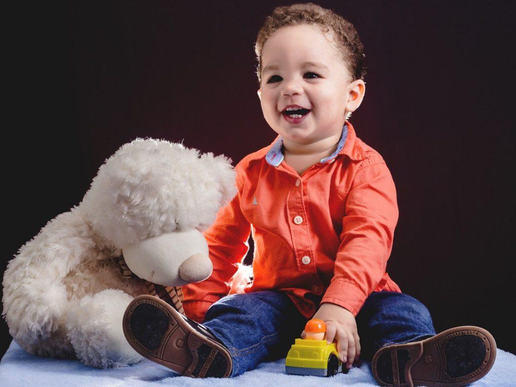 À quel âge bébé tient-il assistout seul?